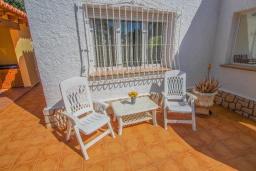 Зона отдыха у бассейна. Испания, Мораира : Небольшая уютная вилла с бассейном, 3 спальни, 2 ванные комнаты, бесплатный Wi-Fi