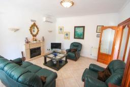 Гостиная / Столовая. Испания, Мораира : Небольшая уютная вилла с бассейном, 3 спальни, 2 ванные комнаты, бесплатный Wi-Fi
