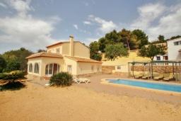 Вид на виллу/дом снаружи. Испания, Кальпе : Современная вилла расположенная в тихом месте в 5 минутах езды от пляжа, 4 спальни, 2 ванные комнаты, wi-fi, парковка