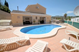 Бассейн. Испания, Мораира : Великолепная фешенебельная вилла с изысканной обстановкой расположена в окрестностях Морайры, 2 этажа, 4 спальни, 2 ванные комнаты, бассейн
