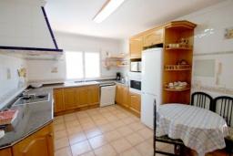 Кухня. Испания, Мораира : Великолепная фешенебельная вилла с изысканной обстановкой расположена в окрестностях Морайры, 2 этажа, 4 спальни, 2 ванные комнаты, бассейн