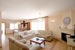 Гостиная / Столовая. Испания, Мораира : Великолепная фешенебельная вилла с изысканной обстановкой расположена в окрестностях Морайры, 2 этажа, 4 спальни, 2 ванные комнаты, бассейн