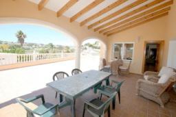 Терраса. Испания, Мораира : Великолепная фешенебельная вилла с изысканной обстановкой расположена в окрестностях Морайры, 2 этажа, 4 спальни, 2 ванные комнаты, бассейн