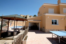 Развлечения и отдых на вилле. Испания, Мораира : Великолепная фешенебельная вилла с изысканной обстановкой расположена в окрестностях Морайры, 2 этажа, 4 спальни, 2 ванные комнаты, бассейн