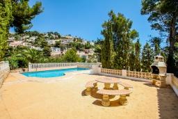 Зона отдыха у бассейна. Испания, Мораира :  - Очаровательная вилла с видом на море и частным бассейном, 3 спальни, 2 ванные комнаты, парковка, WIFI