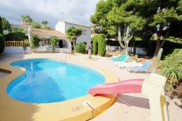 Бассейн. Испания, Кальпе : Вилла в традиционном испанском стиле в тихом месте всего в 5 минутах от песчаных пляжей Кальпе, 6 спален, 2 ванные комнаты, WIFI