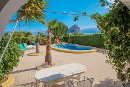 Зона отдыха у бассейна. Испания, Кальпе : Вилла в традиционном испанском стиле в тихом месте всего в 5 минутах от песчаных пляжей Кальпе, 6 спален, 2 ванные комнаты, WIFI