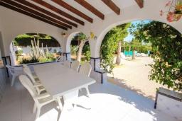 Терраса. Испания, Кальпе : Вилла в традиционном испанском стиле в тихом месте всего в 5 минутах от песчаных пляжей Кальпе, 6 спален, 2 ванные комнаты, WIFI