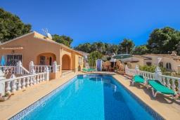 Парковка. Испания, Мораира : Очаровательная вилла расположенная в очень тихом месте на окраине Морайры, к услугам гостей, частный бассейн, парковка, 3 спальни, 2 ванные комнаты