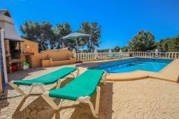 Зона отдыха у бассейна. Испания, Мораира : Очаровательная вилла расположенная в очень тихом месте на окраине Морайры, к услугам гостей, частный бассейн, парковка, 3 спальни, 2 ванные комнаты