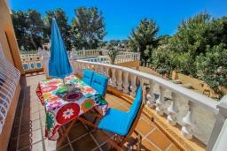 Терраса. Испания, Мораира : Очаровательная вилла расположенная в очень тихом месте на окраине Морайры, к услугам гостей, частный бассейн, парковка, 3 спальни, 2 ванные комнаты