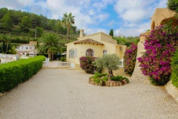Вид на виллу/дом снаружи. Испания, Мораира : Вилла с одним из самых красивых видов на окрестности благодаря расположению на холме,3 спальни, 2 ванные комнаты, парковка, частный бассейн