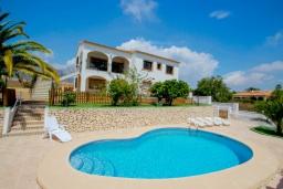 Бассейн. Испания, Кальпе :  - Просторная вилла расположена в тихом жилом районе, с панорамным видом на море и знаменитый Пеньон-де-Ифач, 3 спальни, 2 ванные комнаты, WI-FI, парковка