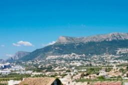 Вид. Испания, Кальпе :  - Просторная вилла расположена в тихом жилом районе, с панорамным видом на море и знаменитый Пеньон-де-Ифач, 3 спальни, 2 ванные комнаты, WI-FI, парковка
