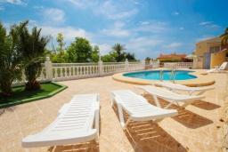 Зона отдыха у бассейна. Испания, Кальпе :  - Просторная вилла расположена в тихом жилом районе, с панорамным видом на море и знаменитый Пеньон-де-Ифач, 3 спальни, 2 ванные комнаты, WI-FI, парковка