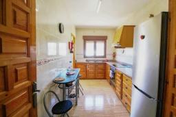 Кухня. Испания, Кальпе :  - Просторная вилла расположена в тихом жилом районе, с панорамным видом на море и знаменитый Пеньон-де-Ифач, 3 спальни, 2 ванные комнаты, WI-FI, парковка