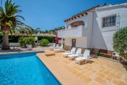 Бассейн. Испания, Мораира : Приятная, просторная вилла удобно расположена в тихом жилом районе всего в 2 км от пляжей, магазинов и ресторанов симпатичного курорта Морайра.