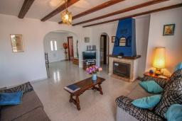 Гостиная / Столовая. Испания, Мораира : Приятная, просторная вилла удобно расположена в тихом жилом районе всего в 2 км от пляжей, магазинов и ресторанов симпатичного курорта Морайра.