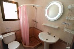 Ванная комната. Испания, Мораира : Приятная, просторная вилла удобно расположена в тихом жилом районе всего в 2 км от пляжей, магазинов и ресторанов симпатичного курорта Морайра.