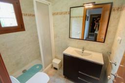 Ванная комната. Испания, Мораира : Эксклюзивная вилла расположенная всего несколько минут ходьбы от бухты и пляжного бара, 3 спальни, 2 ванные комнаты, стоянка, WIFI