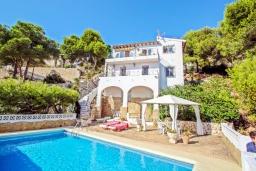 Вид на виллу/дом снаружи. Испания, Мораира : Комфортабельная вилла расположенная на живописном склоне холма на окраине Морайры, 3 спальни, 2 ванные комнаты, частный бассейн, парковка
