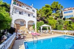 Бассейн. Испания, Мораира : Комфортабельная вилла расположенная на живописном склоне холма на окраине Морайры, 3 спальни, 2 ванные комнаты, частный бассейн, парковка