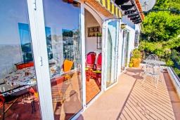 Балкон. Испания, Мораира : Комфортабельная вилла расположенная на живописном склоне холма на окраине Морайры, 3 спальни, 2 ванные комнаты, частный бассейн, парковка