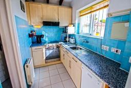 Кухня. Испания, Мораира : Комфортабельная вилла расположенная на живописном склоне холма на окраине Морайры, 3 спальни, 2 ванные комнаты, частный бассейн, парковка
