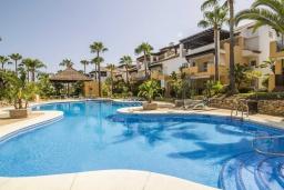Территория. Испания, Малага : Превосходные апартаменты располагают 3 спальнями с видом на Средиземное море. Имеется общий бассейн и сад.