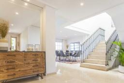 Лестница наверх. Испания, Малага : Превосходные апартаменты располагают 3 спальнями с видом на Средиземное море. Имеется общий бассейн и сад.