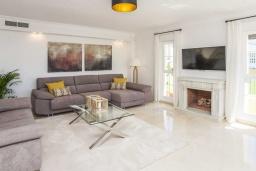 Гостиная / Столовая. Испания, Малага : Превосходные апартаменты располагают 3 спальнями с видом на Средиземное море. Имеется общий бассейн и сад.