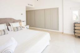 Спальня. Испания, Малага : Превосходные апартаменты располагают 3 спальнями с видом на Средиземное море. Имеется общий бассейн и сад.