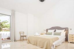 Спальня 2. Испания, Малага : Превосходные апартаменты располагают 3 спальнями с видом на Средиземное море. Имеется общий бассейн и сад.