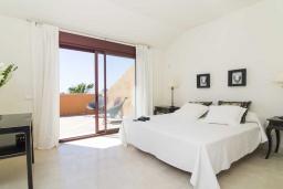 Спальня. Испания, Малага : Чудесные апартаменты, имеют захватывающий вид на море и горы. Имеют 7 плюшевых кроватей в 4 разных светлых спальнях с широкими частными террасами.