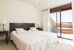 Спальня 4. Испания, Малага : Чудесные апартаменты, имеют захватывающий вид на море и горы. Имеют 7 плюшевых кроватей в 4 разных светлых спальнях с широкими частными террасами.