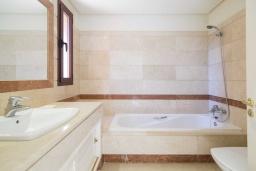 Ванная комната. Испания, Малага : Чудесные апартаменты, имеют захватывающий вид на море и горы. Имеют 7 плюшевых кроватей в 4 разных светлых спальнях с широкими частными террасами.