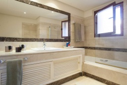 Ванная комната 2. Испания, Малага : Чудесные апартаменты, имеют захватывающий вид на море и горы. Имеют 7 плюшевых кроватей в 4 разных светлых спальнях с широкими частными террасами.