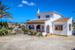 Вид на виллу/дом снаружи. Испания, Мораира : Комфортабельная вилла для отдыха в нескольких минутах ходьбы от прекрасного морского курорта Морайра, 4 спальни, 3 ванные комнаты, частный бассейн, WIFI, парковка