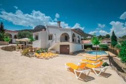 Вид на виллу/дом снаружи. Испания, Кальпе : Просторная вилла с шикарным бассейном, в красивом месте, в распоряжении гостей 4 спальни, 2 ванные комнаты, все удобства