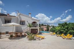 Зона отдыха у бассейна. Испания, Кальпе : Просторная вилла с шикарным бассейном, в красивом месте, в распоряжении гостей 4 спальни, 2 ванные комнаты, все удобства
