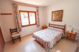 Спальня. Испания, Кальпе : Просторная вилла с шикарным бассейном, в красивом месте, в распоряжении гостей 4 спальни, 2 ванные комнаты, все удобства