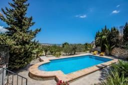 Бассейн. Испания, Кальпе : Прекрасная вилла расположенная на обширной природной территории на окраине Кальпе, 4 спальни, 2 ванные комнаты, частный бассейн, парковка