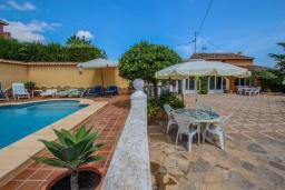 Зона отдыха у бассейна. Испания, Теулада : Отличная вилла в средиземноморском стиле в спокойном районе, 4 спальни, 2 ванные комнаты, частный бассейн, гараж