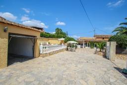 Парковка. Испания, Теулада : Отличная вилла в средиземноморском стиле в спокойном районе, 4 спальни, 2 ванные комнаты, частный бассейн, гараж