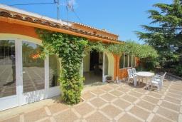 Терраса. Испания, Теулада : Отличная вилла в средиземноморском стиле в спокойном районе, 4 спальни, 2 ванные комнаты, частный бассейн, гараж