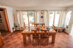 Обеденная зона. Испания, Мораира : Очаровательная вилла в испанском стиле,  в 1,5 км от пляжа и центра Морайры, 4 спальни, 3 ванные комнаты, частный бассейн, барбекю
