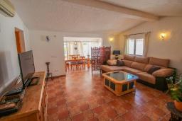 Гостиная / Столовая. Испания, Мораира : Очаровательная вилла в испанском стиле,  в 1,5 км от пляжа и центра Морайры, 4 спальни, 3 ванные комнаты, частный бассейн, барбекю