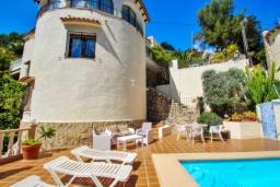 Зона отдыха у бассейна. Испания, Бенисса : Замечательный дом для отдыха, с хорошей мебелью, расположен на вершине холма, 2 спальни, ванная комната, частный басейн