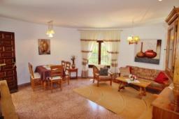 Обеденная зона. Испания, Бенисса : Замечательный дом для отдыха, с хорошей мебелью, расположен на вершине холма, 2 спальни, ванная комната, частный басейн