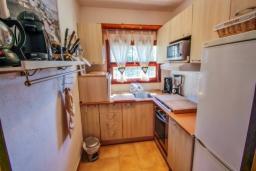 Кухня. Испания, Бенисса : Замечательный дом для отдыха, с хорошей мебелью, расположен на вершине холма, 2 спальни, ванная комната, частный басейн